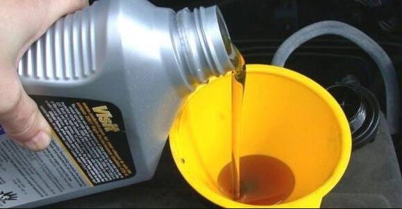 Синтетика и полусинтетика, какое лучше заливать в двигатель