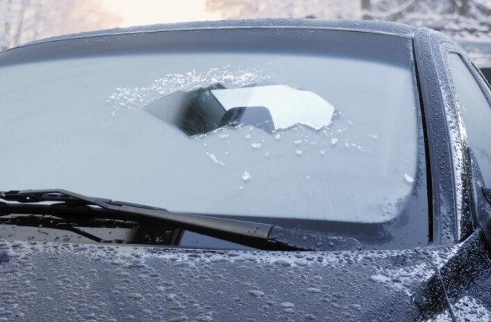 Удаление льда с обмерзшего лобового стекла