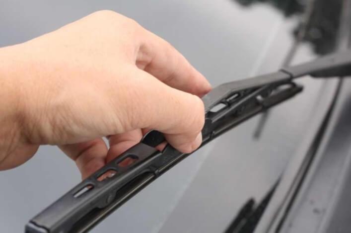 Как часто необходимо менять дворники на автомобиле?