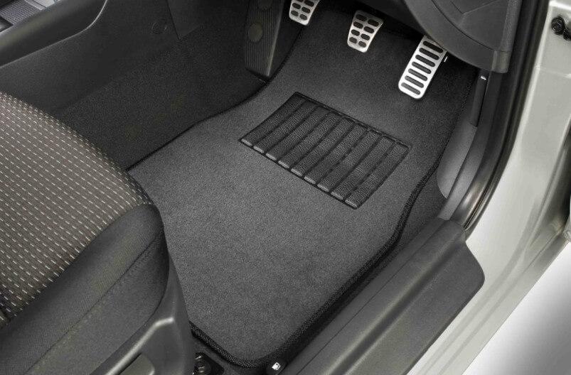 Автомобильные коврики: классификация по свойствам и материалу