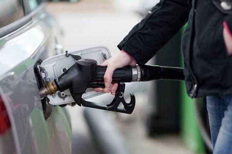 Почему нельзя заливать бензин в заведенную машину