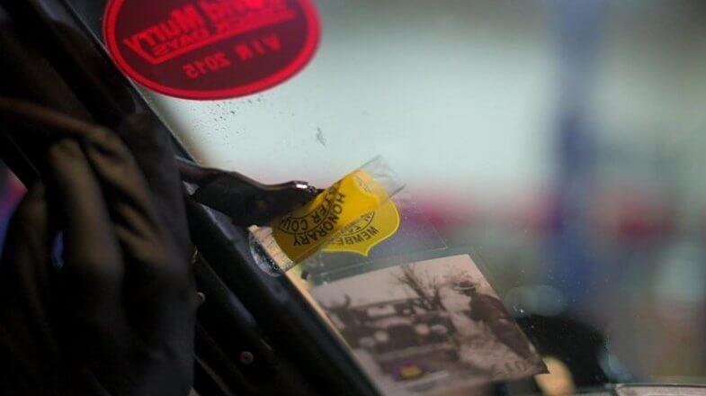 Как легко удалить наклейку со стекла автомобиля?