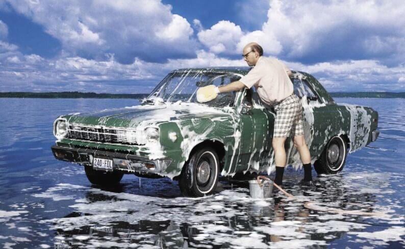 Как долго нужно держать пену на кузове автомобиля во время мойки?