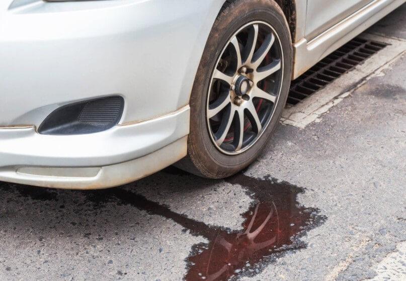 Вытекла тормозная жидкость на дороге